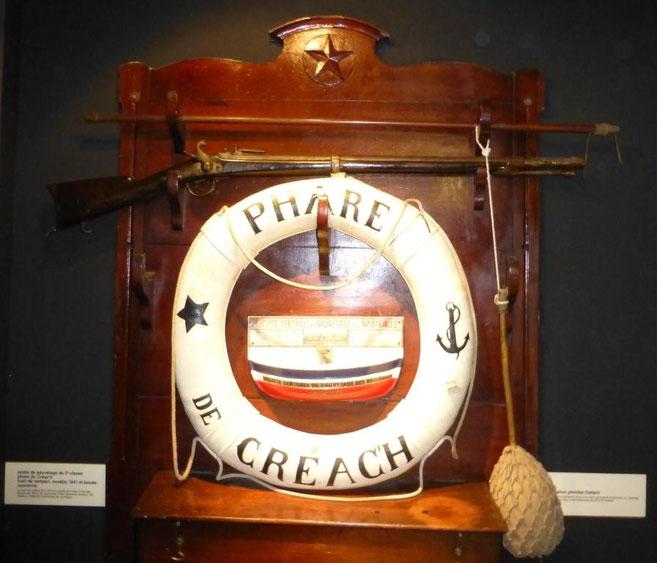 Matériel de sauvetage du phare de Creach à Ouessant : Mousqueton porte amarre  Delvignes (fusil de rempart modèle 1841), bouée couronne et bâton plombé flottant (musée des phares et balises à Ouessant)