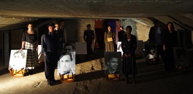Junge Schauspieler_innen mit Portraits vergessener Biografien. Foto (c) Rahner