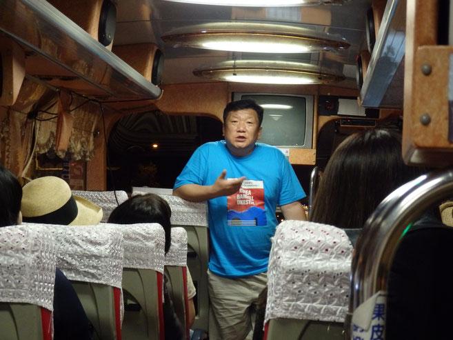 イベント終わって夕飯のレストランに向かうバスの中、さっそくキム社長から今日のオーケストラ演奏の反省会らしきものがスタート!韓国語がわからないから、何話してるか全然わからないけど(笑)