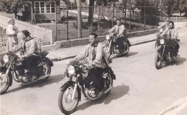 Fünf Motorradfahrer des Motoklubs Wittnau an einem Corso in Schötz LU (Foto: H. Eckert, Brugg, 1953)