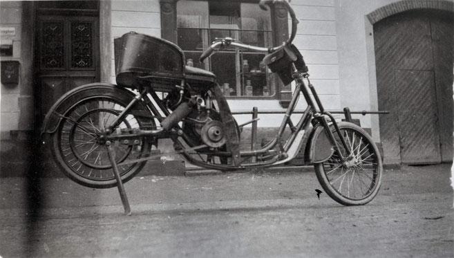 """Ein ganz besonderes Motorrad: Der """"DKW Lomos"""" hatte statt eines Sattels einen Sessel. Hergestellt wurde dieses Fahrzeug 1923. Wer der Besitzer dieses vor der """"Krone"""" parkierten Töffs war, ist heute nicht mehr bekannt."""