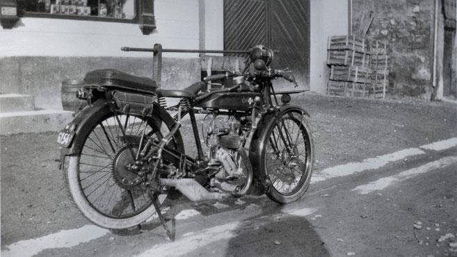 """Das Motorrad von Emil Businger, Marke """"Condor"""", vor der """"Krone"""" fotografiert.  (ca. 1930)"""