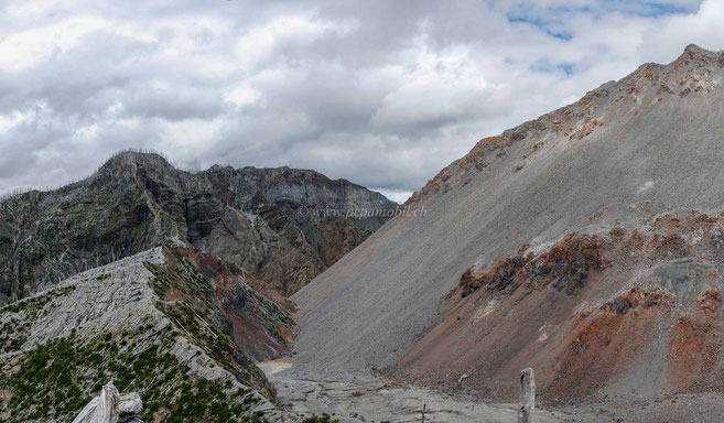 Links der alte Vulkan-Rand... rechts der neue Vulkan im Vulkan