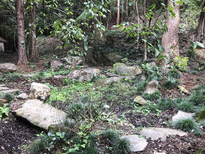 石をふんだんに使った庭