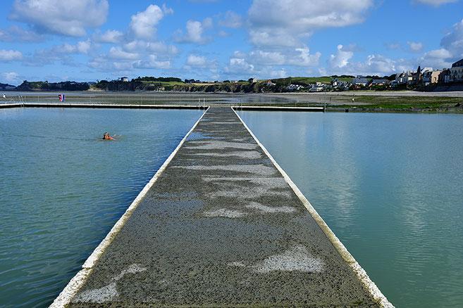 Mathieu Guillochon photographe, France, Normandie, Manche Saint-pair-sur-Mer, voyage, mer, rivage, littoral, marée basse, piscine, nageuse, bleu, matin.