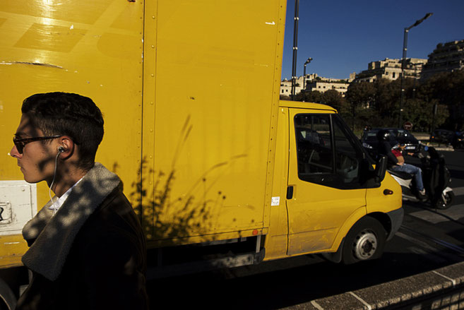 Photographie, France, banlieue, Levallois, street photo, jaune, bleu, camionnette, scooter, passant, jeune homme, couleurs, printemps, rue.
