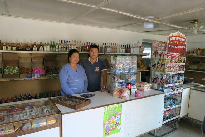 Aktilet et sa mère dans le magasin familial