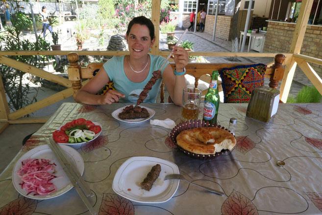 Pause déjeuner juste avant Jalal Abad. Au menu : Shashlik (brochettes) et bière locale!