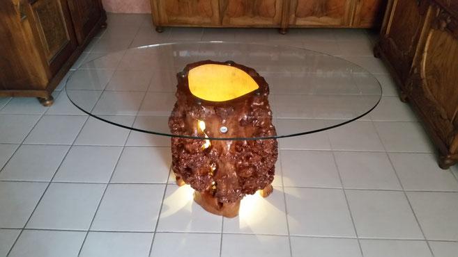 Couchtisch aus Holz mit Glasplatte und Beleuchtung