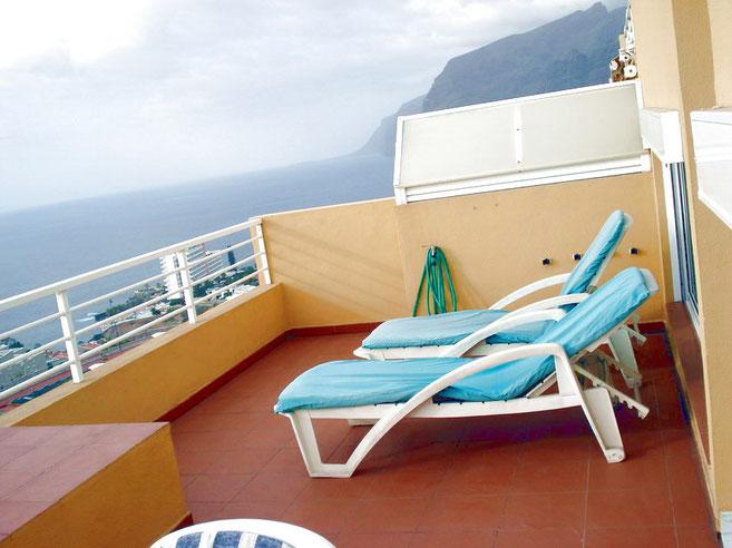 Terrasse mit Sonnenmöbeln im Ferienapartment in Los Gigantes auf Tenerife