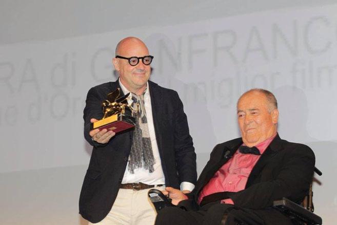 Il Maestro Bertolucci, presidente della giuria a Venezia 70, consegna il LEONE D'ORO 2013 a Gianfranco Rosi.