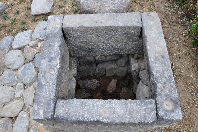 境内に設置の「衣通姫」産湯の井戸・・ここには井戸枠だけを再現