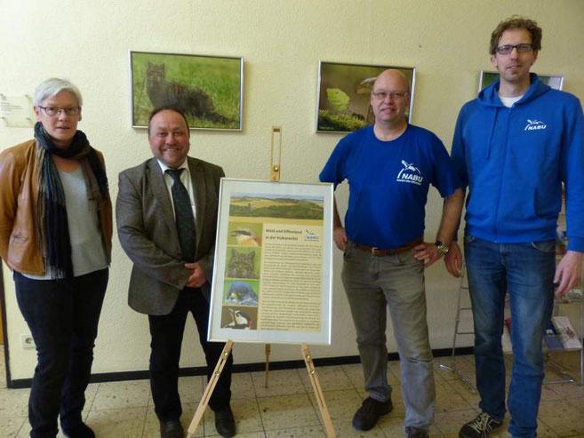 Die NABU-Vorsitzende Margot Bechtoldt und VG-Bürgermeister Alfred Schomisch warfen als erste einen Blick auf die gelungenen Aufnahmen. Organisiert hatten die Ausstellung Karl-Heinz Kaiser und Jörg Mittler vom NABU. (v.l.)