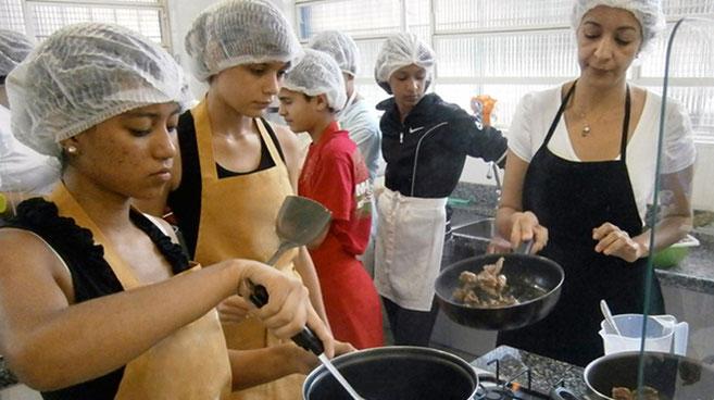 streetworker, streetfood, food truck, streetfood festival, kochlehre, kinderarbeit, strassenkinder, freizeitgestaltung, favelas, schulbildung, beten, brasilien,