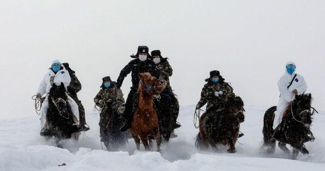 Kinesiske læger og politifolk til hest på vej mod fjerne egne i Altai bjergene for at iværksætte foranstaltninger mod coronavirus