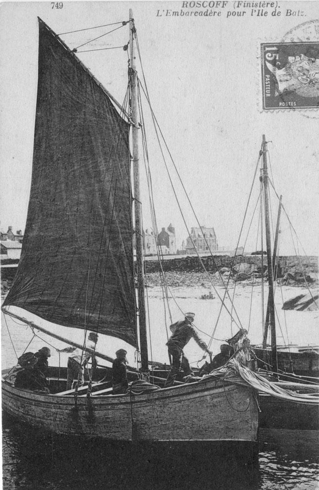 Un très fort sloup, arrive à la cale du vil, le matelot déborde les autres canots le patron fait lofer en bordant la grand voile, il a été ajouté dans ce sloup un banc supplémentaire, certainement  une simple planche posée sur la serre
