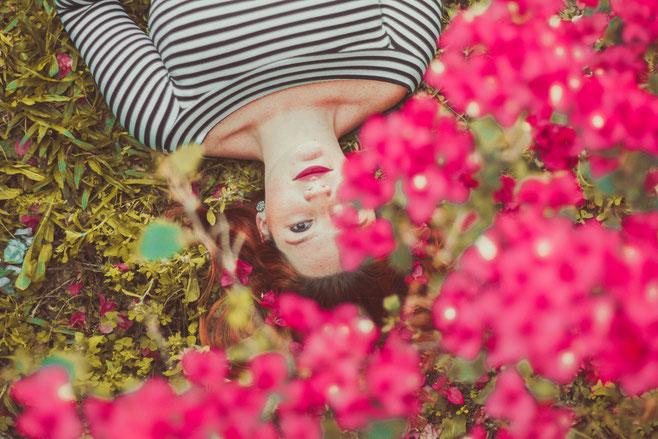 femmes-allongees-dans-des-fleurs-roses