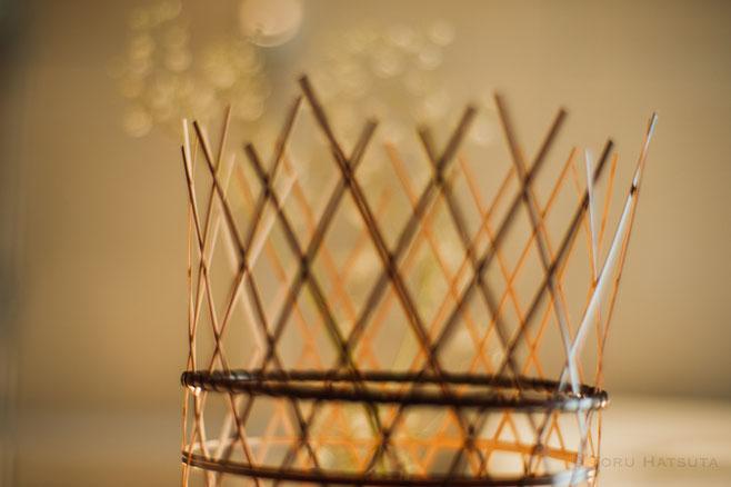 古い竹籠の姿を引用しつつ用途を限定しない編み籠