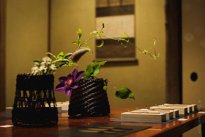 籠花入には、若女将の高野千彩さんに花を生けていただきました