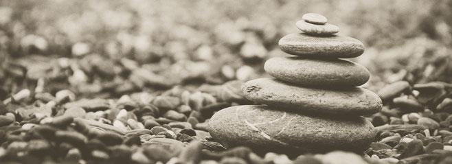 Aufeinandergestapelte Kieselsteine, wie sie im Buddhismus häufig zu finden sind.