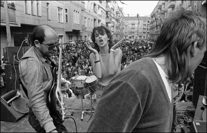 Ein Konzert der Punkband Rosa Extra, 1985.Foto: Harald Hauswald