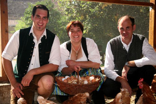Familie Huber im Wintergarten unserer Hühner. Artgerechte Haltung ist uns sehr wichtig