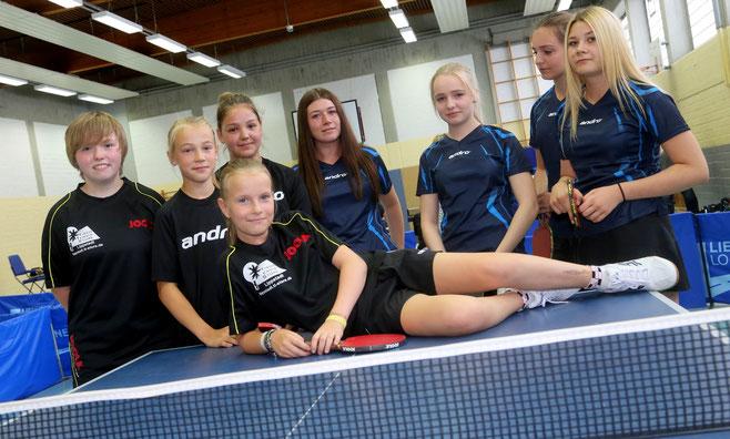 Die beiden Mädchenmannschaften beim Test vor der Saison. Von links nach rechts: Melina, Paula, Julia, Vanessa, Alena, Alicia, Nicole, vorne Medeea.