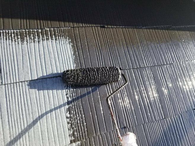 海津町、南濃町、平田町、養老町、祖父江町、八開村、立田村、長島町で屋根カラーベスト工事中の屋根塗装工事専門店。弥富市佐古木で屋根カラーベスト工事/中塗り作業中
