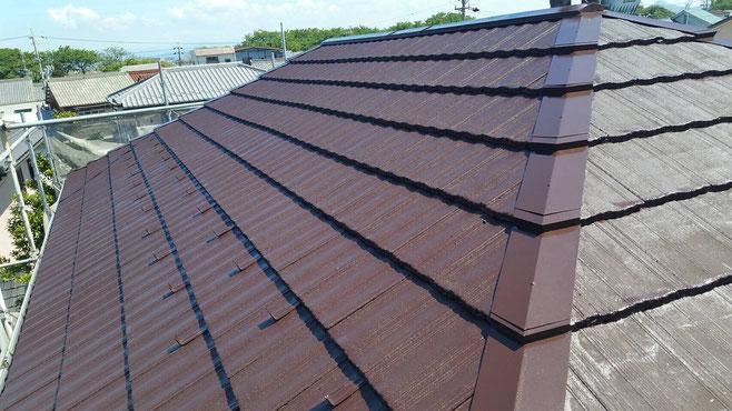 大垣市、墨俣町、安八町、瑞穂市、羽島市で屋根塗装工事中の屋根塗装工事専門店。墨俣町墨俣で屋根塗装工事/屋根塗装工事の、上塗り塗装作業中