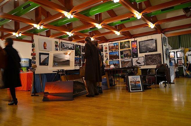 Unser Fotostand auf dem Kunstmarkt mit gerahmten Fotos, Fotos auf Leinwänden, Kalendern, Postkarten, und und und.