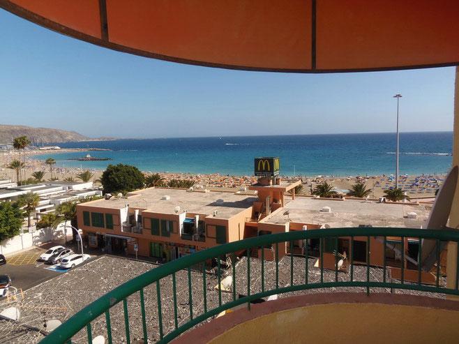 Weitblick vom Balkon des Langzeit Ferienapartments über den weißen Sandstrand und dem Meer.