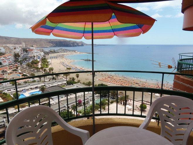 Blick vom Balkon des Ferienapartments auf den Strand von Los Cristianos.