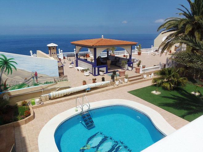 Blick von der Terrasse der Ferienwohnung auf den Pool und das Meer von Teneriffa