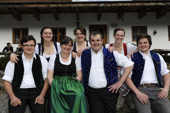 Angelika und Hans Prem mit ihren fünf Kindern