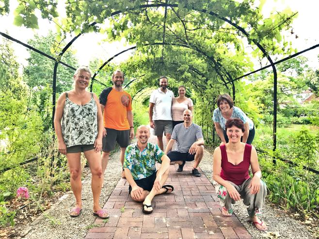 Seminarteilnehmer in einem Pflanzentunnel