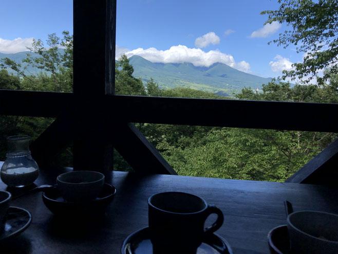 貴重な梅雨の晴れ間、素晴らしい眺めのテラスでコーヒーをいただきました。