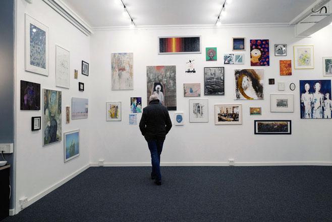 Blick in die Ausstellung: Schiffswrack vor Spiekeroog, analoge Fotografie, Crossentwicklung (unten links).