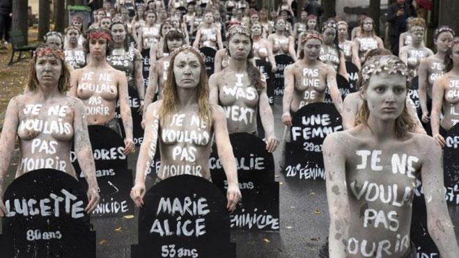 """Paris oktober 2019 - 'Femen'-demo mod kvindemord. På kroppene står """"Jeg vil ikke dø"""". På skiltene står navn og alder på kvinder der dette år blev myrdet af deres mandlige partner"""