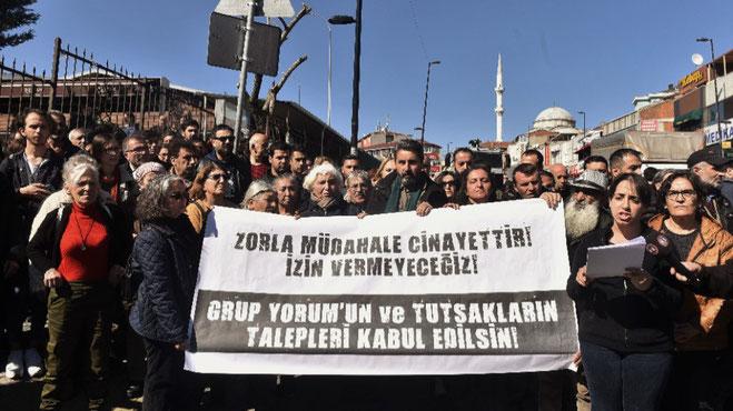 """Ved en pressekonference foran Ümraniye Hospital udtalte aktivister: """"Man kan ikke sikre Group Yorum medlemmernes helbred med tvangsmæssig medicinsk indgriben, men ved at opfylde deres krav"""""""