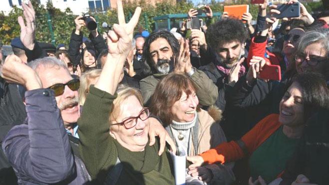 Glæde hos pårørende og aktivister efter frifindelsen af  anklagede fra Gezi-park oprøret