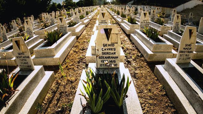 Kirkegård i Rojava, hvor mange af de faldne kurdiske frihedskæmpere er bisat. Æret være deres minde!