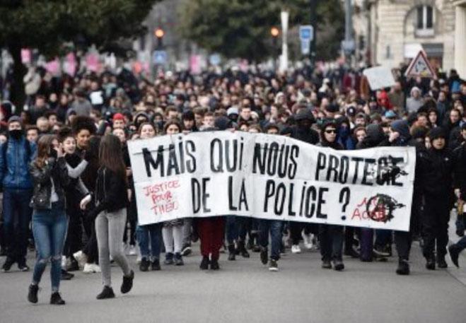 """Hvem beskytter os fra politiet?"" - demo mod politivold i byen Nantes"