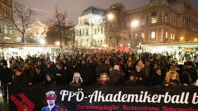 Med musik og paroler markerede demonstranterne deres modstand mod højreekstremisme i alle dens former.