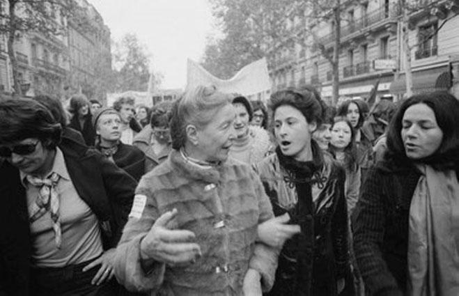 Simone de Beauvoir deltager i en feministisk demo gennem Montparnasse, Paris