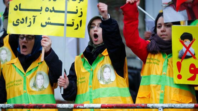 """Protestbølgen i Iran har spredt sig til omkring 75 byer. Her iranske """"Gule Veste"""" i en solidaritetdemo i Berlin den 17. november 2019"""