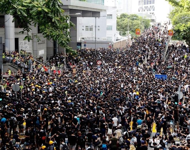 Demonstranterne foran politihovedkvarteret 'Wan Chai' kræver løsladelse af de mange anholdte