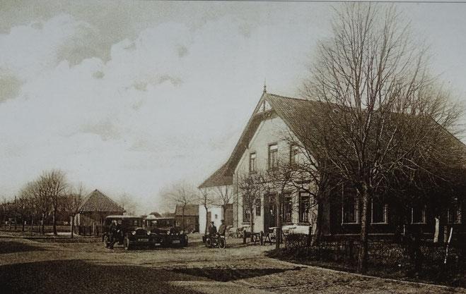 Das Gasthaus Sudmann mit dem kleinen, daneben stehenden Spritzenhaus der Feuerwehr  Melchiorshausen./ca 1925 Repro W. Meyer)