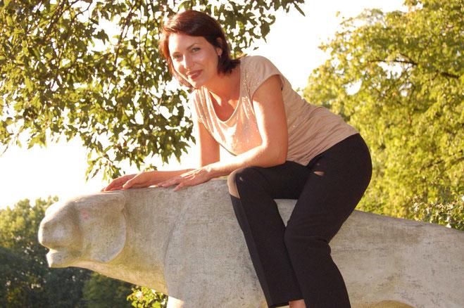 Lisa Ringen auf einer Steinstatue