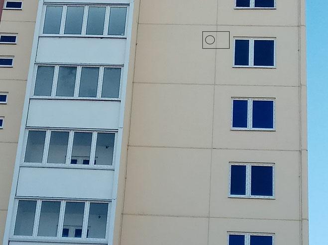 Фотография фасада здания с будущем местом установки блока кондиционера.