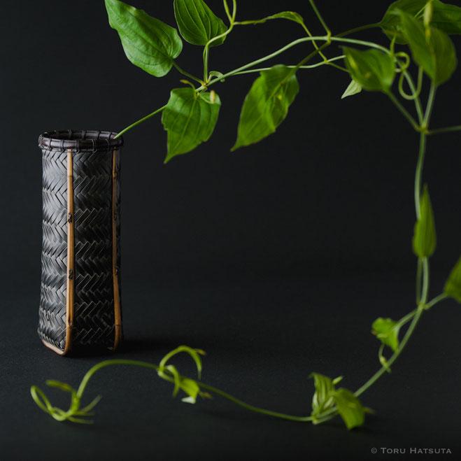 網代編みの花籠にリキュウソウ